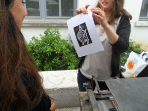 On imprime manuellement notre portrait d'Ubu Roi, après en avoir vu un bout de représentation, en plusieurs langues